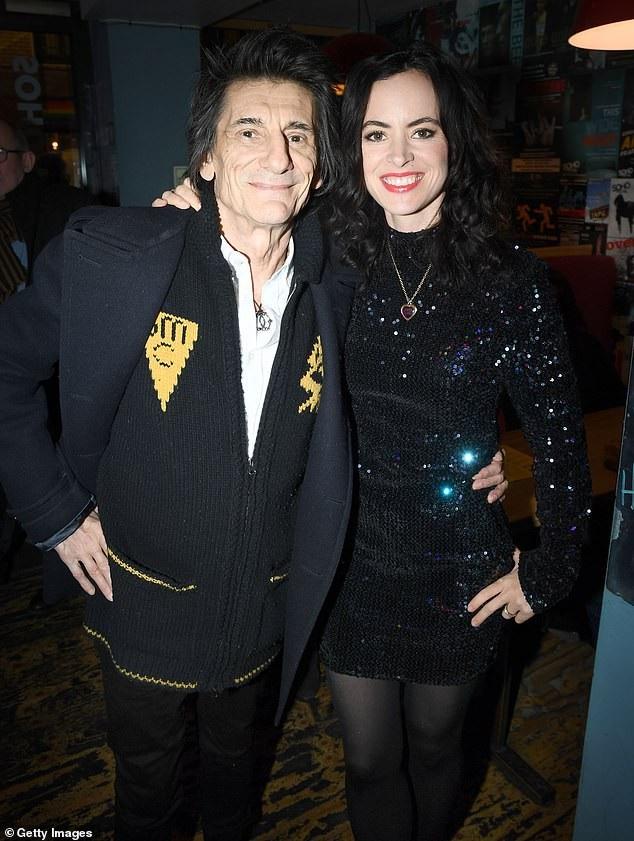 Ronnie Wood sánh đôi vợ kém 30 tuổi Sally dự tiệc Giáng sinh tại London ngày 13/12 vừa qua