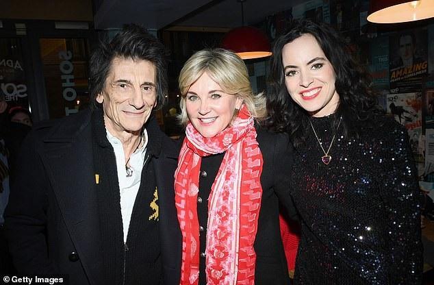 Rocker 71 tuổi của nhóm Ronnie Wood Rolling Stones và vợ vui vẻ trò chuyện, chụp hình với các khách mời trong bữa tiệc