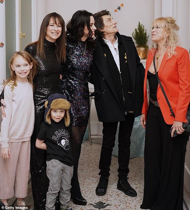 Sally giữ quan hệ tốt đẹp với Jo (ngoài cùng bên phải), vợ cũ của Ronnie Wood