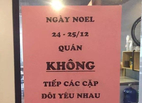 Tấm biển cấm cặp đôi hẹn hò Noel của quán cà phê