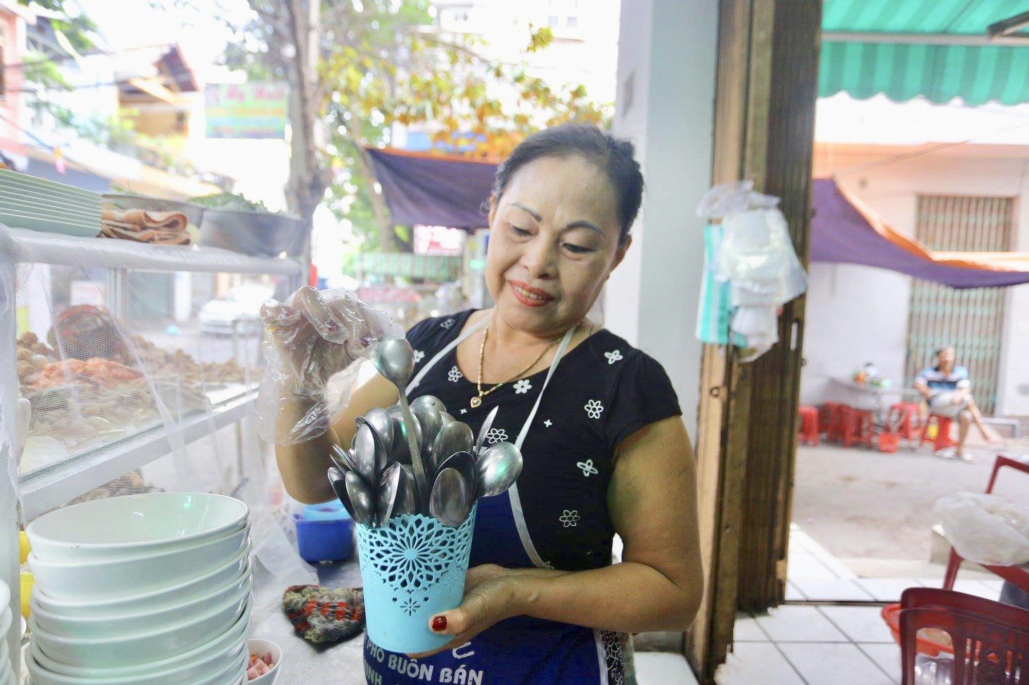 Đà Nẵng ngăn chặn ngộ độc thực phẩm với muỗng không rãnh - Ảnh 4.