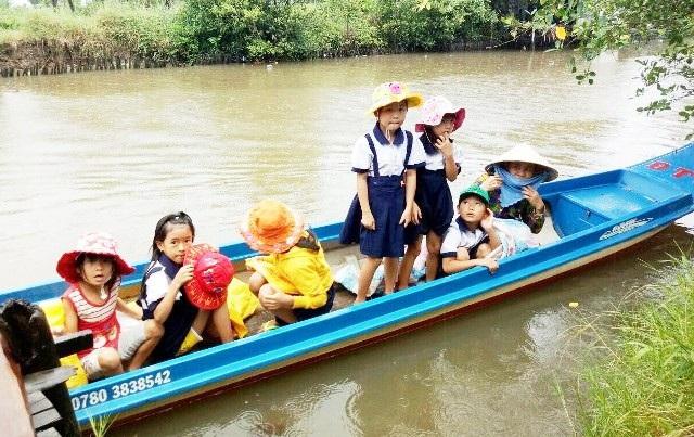 Học sinh ở Cà Mau còn nhiều khó khăn trong việc đến trường. (Ảnh: CTV)