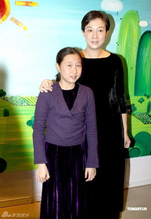 Ngô Trác Lâm khi còn nhỏ bên mẹ ruột, Ngô Ỷ Lợi