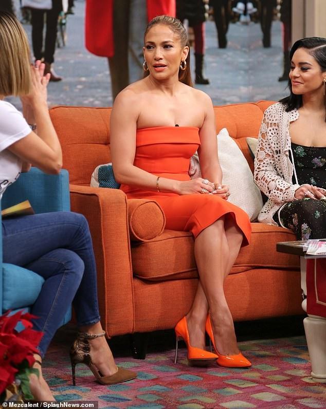 Nữ diễn viên 49 tuổi rực rỡ trong cây đồ màu cam
