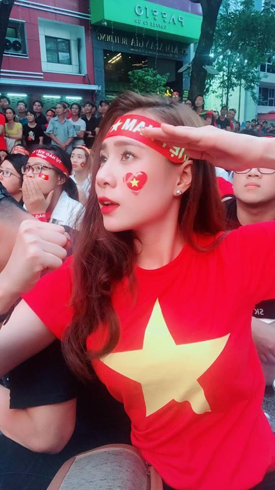 """Xuân Bắc, Tự Long """"nhận họ"""" với Đức Chinh cùng dàn sao cổ vũ tuyển Việt Nam - 9"""