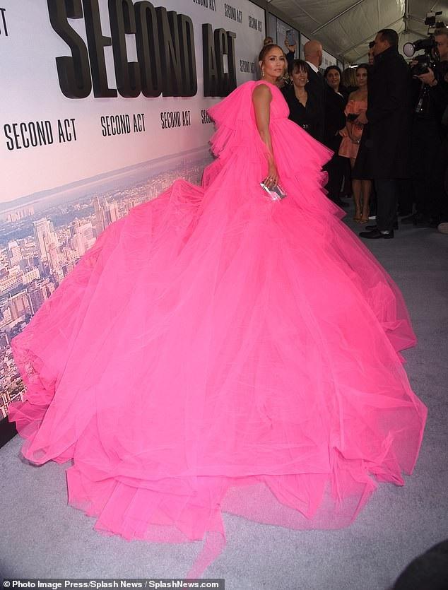J.Lo trong bộ váy hồng Giambattista Valli dự công chiếu phim mới tại New York cách đây 2 ngày.