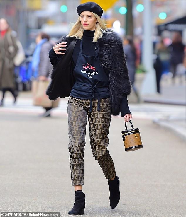 Siêu mẫu Devon Windsor mặc sành điệu sải bước trên đường phố New York ngày 14/12 vừa qua