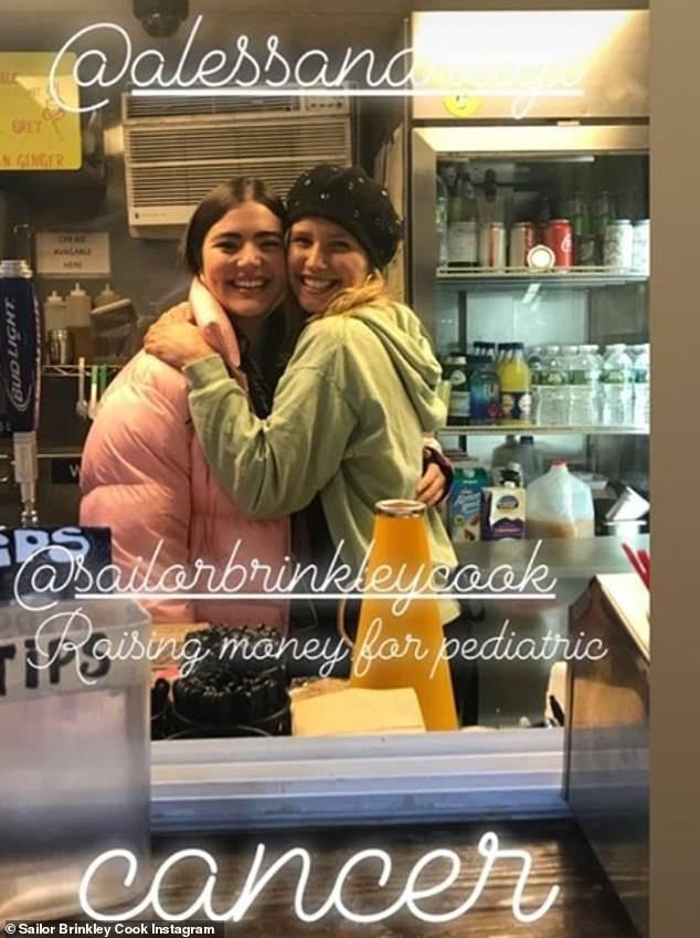 Sailor Brinkley-Cook chia sẻ hình ảnh ấm cúng trong quán cà phê