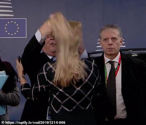 Hành động hất tung tóc đồng nghiệp của Chủ tịch EU gây chú ý - Ảnh 2.