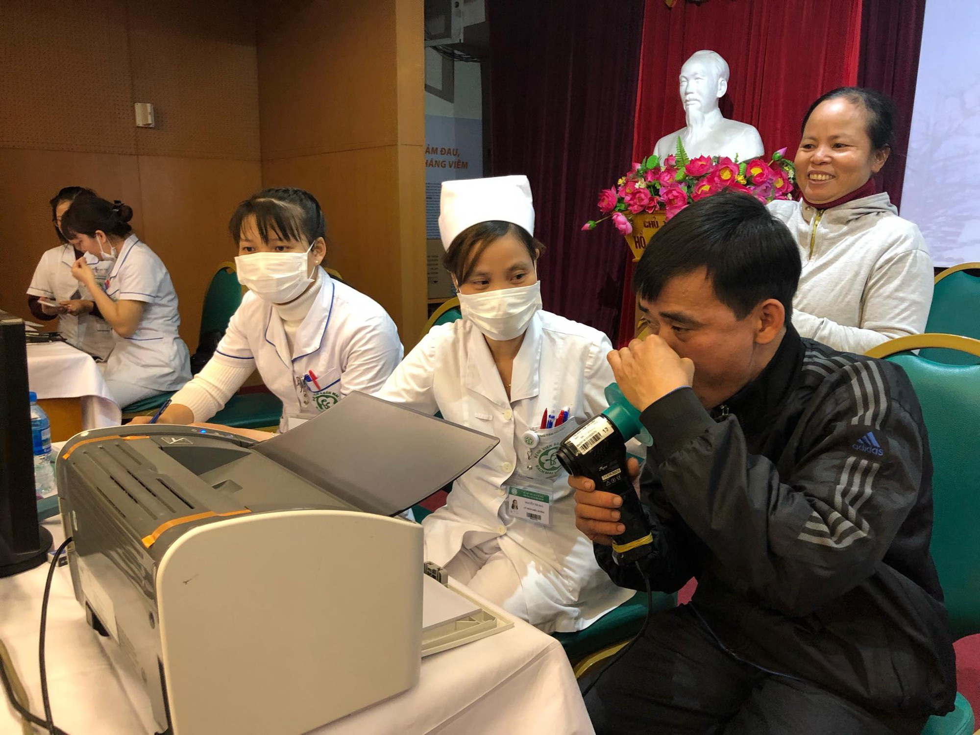 Rét lạnh, nhiều bệnh nhân phổi tắc nghẽn mãn tính nhập viện vì cơn kịch phát, phải thở máy - Ảnh 1.