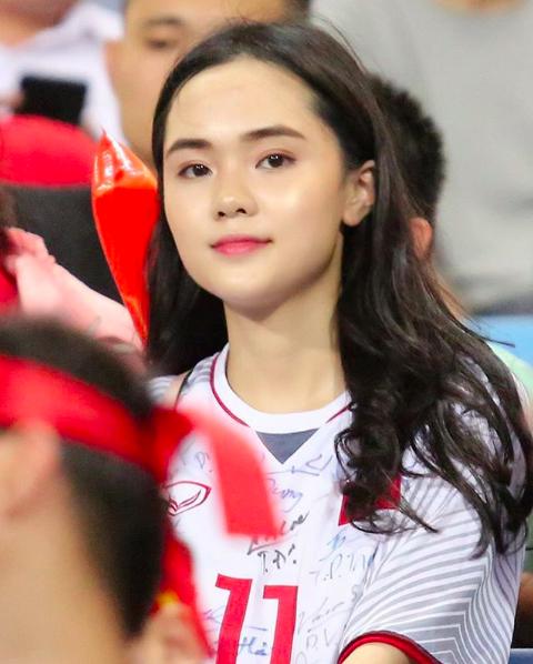 Quỳnh Anh thường xuyên ra sân cổ vũ bóng đá.