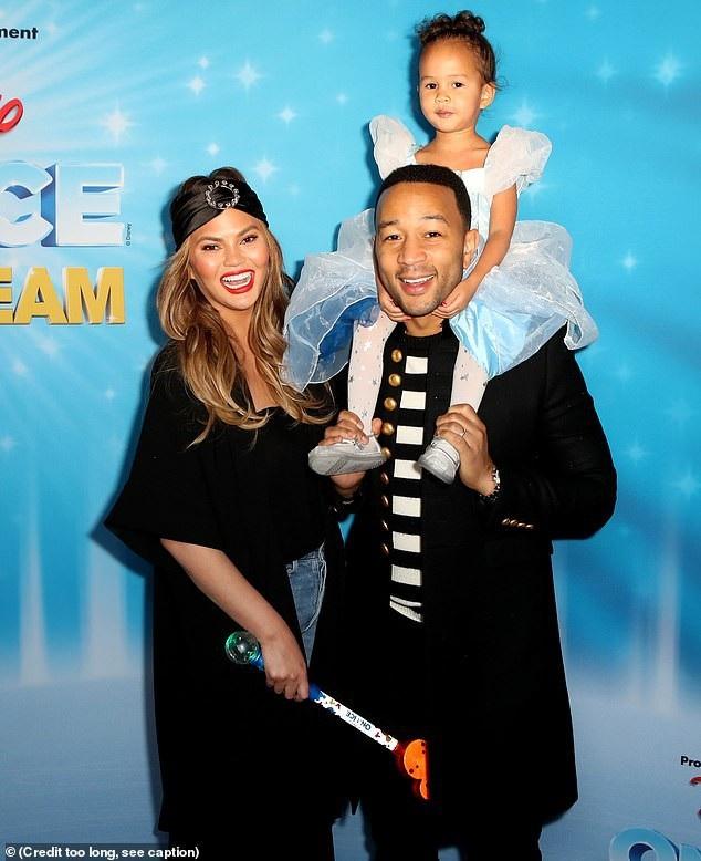 Vợ chồng Chrissy Teigen - John Legend đưa con gái cưng Luna dự bữa tiệc Giáng sinh do Disney tổ chức tại Los Angeles ngày 15/12 vừa qua