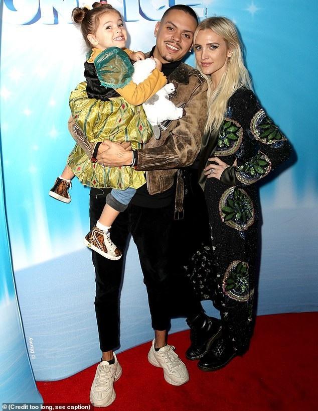Ashley Simspon cùng chồng Evan Rossm đưa con gái Jagger Snow đi dự sự kiện
