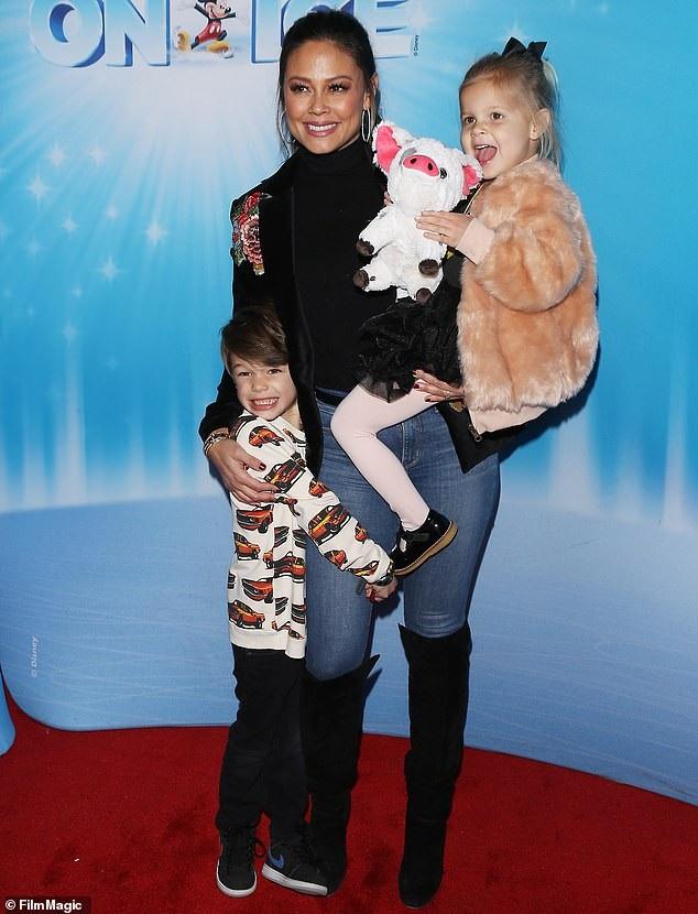 Vanessa Lachey đưa 2 con nhỏ đi chơi