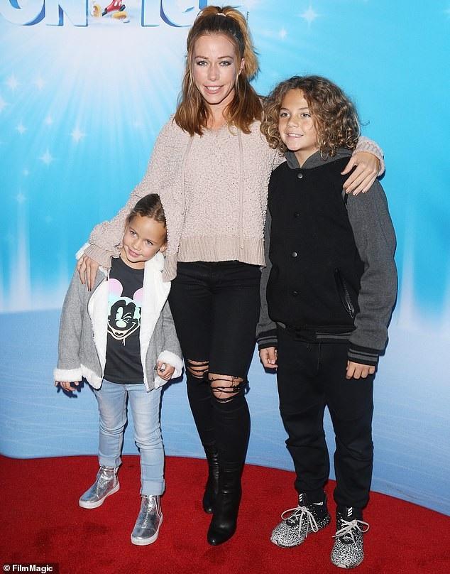 Kendra Wilkinson bên con trai 9 tuổi Hank Baskett IV và Alijah, 4 tuổi