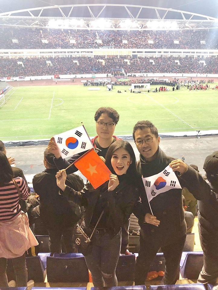 """""""Quỳnh Búp bê"""" và """"bóng hồng"""" xinh đẹp theo chân thầy Park suốt AFF Cup gây """"bão"""" - Ảnh 14."""