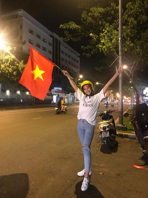 Chúc mừng đội tuyển Việt Nam. Vy ra đường đây. Vui quá nè, Hoa hậu Việt Nam 2018 hào hứng cổ vũ đội tuyển Việt Nam.