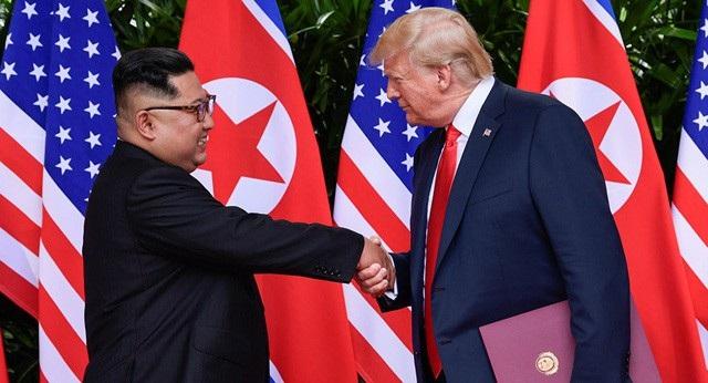 Tổng thống Donald Trump bắt tay nhà lãnh đạo Kim Jong-un trong cuộc gặp tại Singapore ngày 12/6 (Ảnh: Reuters)