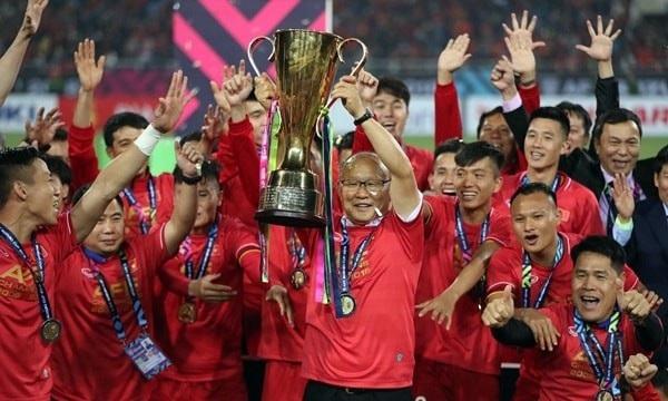 Hình ảnh đáng nhớ của đội tuyển Việt Nam - khoảnh khắc nâng cao cúp vô địch.