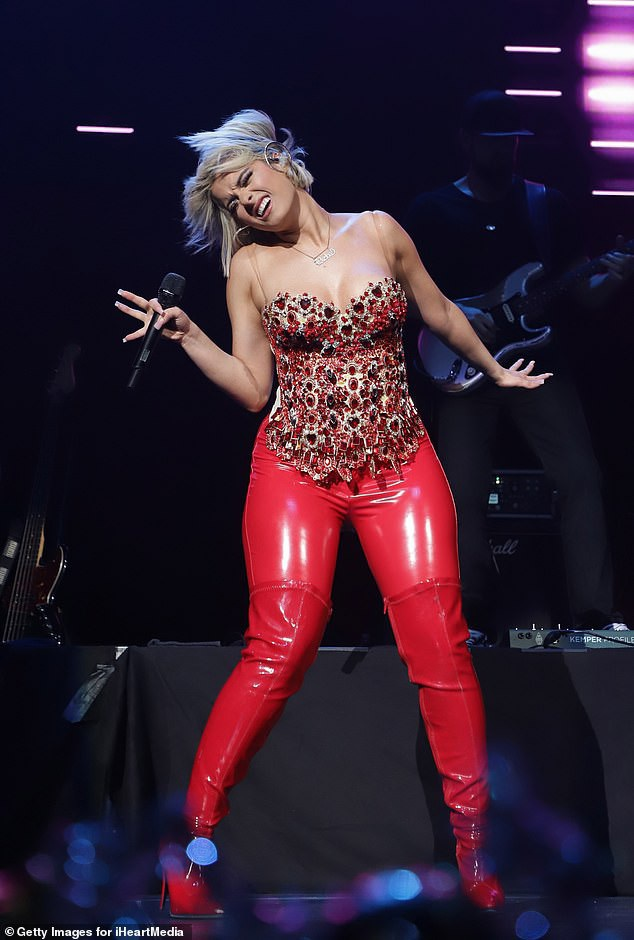 Bebe Rexha trình diễn bốc lửa trong đêm nhạc mừng Giáng sinh tại Floriada, Mỹ ngày 15/12 vừa qua. Ca sỹ 29 tuổi diện trang phục đỏ tôn lên mái tóc bạch kim nổi bật