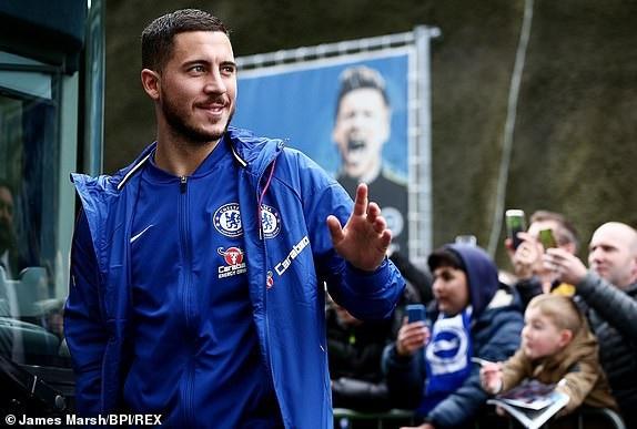 Hazard và các cầu thủ Chelsea tới sân Brighton