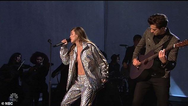 Nhiều người chỉ trích là Miley đã mặc quá bạo trên sân khấu