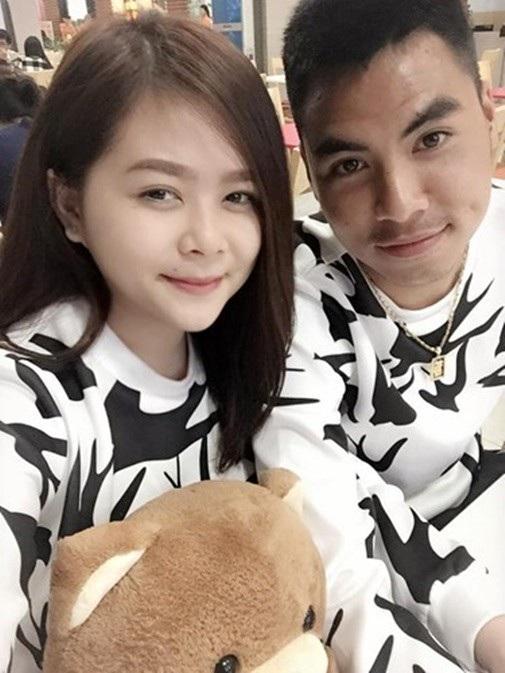 Là một trong những tuyển thủ được quan tâm nhất đội tuyển Việt Nam sau pha làm bàn ở trận chung kết lượt đi với đội tuyển Malaysia, những thông tin về tiền vệ Phạm Đức Huy được nhiệt tình săn đón. Đáng chú ý, danh tính bạn gái của cầu thủ này nhanh chóng được tìm ra.