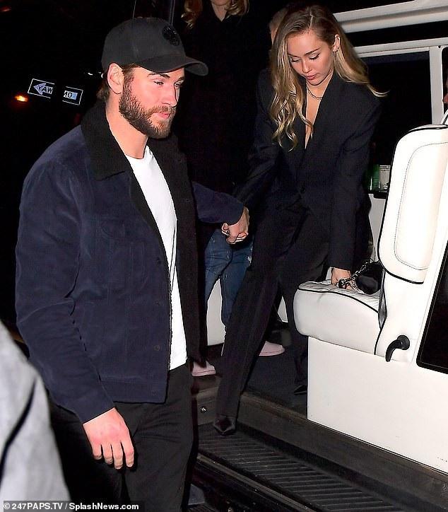 Miley Cyrus ăn mặc kín đáo ra phố cùng bạn trai Liam Hemsworth ngày 15/12 vừa qua