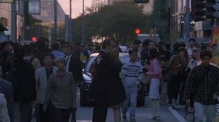 """Bộ phim tình cảm lãng mạn """"Lost in Translation"""" đã có một cảnh kết cực kỳ đáng nhớ khi nhân vật Charlotte (Scarlett Johansson) lắng nghe Bob (Bill Murray) thì thầm vào tai cô những điều bí ẩn mà không một khán giả nào có thể đoán liệu. Đặc biệt, nụ hôn của cả hai sau đó cũng hoàn toàn không có trong kịch bản mà là phút ngẫu hứng tuyệt vời trước ống kính."""