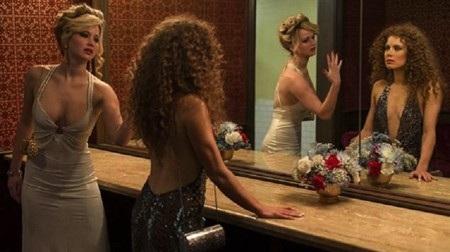 """Đạo diễn David O. Russell ban đầu không hề có ý định mời Jennifer Lawrence đóng bộ phim """"American hustle"""". Tuy nhiên, cuối cùng J.Law lại tham gia vào tác phẩm này và cùng với nữ diễn viên Amy Adams tạo ra một nụ hôn đồng giới đáng nhớ bậc nhất màn ảnh, bất chấp sự thật rằng nụ hôn này không hề có trong kịch bản gốc và chính đạo diễn David O. Russell cũng """"không biết làm cách nào mà nó xảy ra""""."""
