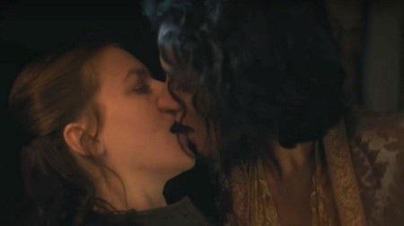 """Bộ phim """"Game of thrones"""" có rất nhiều cảnh quay nóng bỏng theo đúng ý đồ kịch bản. Tuy nhiên, cảnh khoá môi giữa Yara Greyjoy (Gemma Whelan) và Ellaria Sand (Indira Varma) lại không nằm trong số đó. Giải thích về nụ hôn ngẫu hứng này, hai nữ diễn viên cho biết: """"Nó dường như là một điều gì đó mà chúng tôi nên làm. Nó mang ý nghĩa như một lời gợi ý tán tỉnh và sau đó, nó bỗng trở nên gợi tình hơn những gì chúng tôi mong đợi, bởi vì nó dường như là đúng đắn""""."""