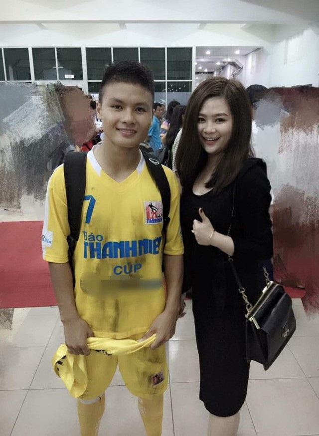 Quang Hải từng đăng tải bức ảnh chụp chung với Tường Vy - bạn gái Đức Huy sau một trận đấu và gửi lời chúc mừng sinh nhật đàn chị.