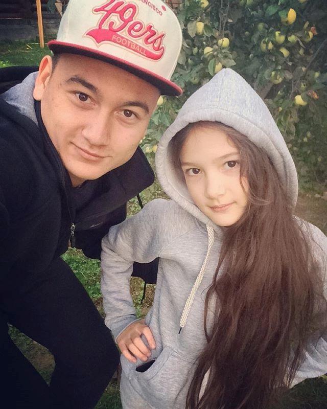 Thanh Giang có mái tóc dài xinh đẹp, ảnh cô bé chụp cùng người anh trai của mình thường nhận được nhiều lượt like và yêu thích của cộng đồng.
