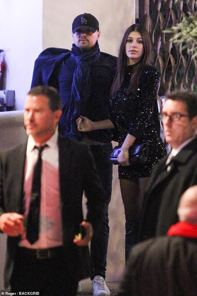 Camila Morrone ăn vận gợi cảm bên bạn trai. Cô vốn là người mẫu áo tắm không mấy nổi tiếng trước khi hẹn hò Leonardo DiCaprio