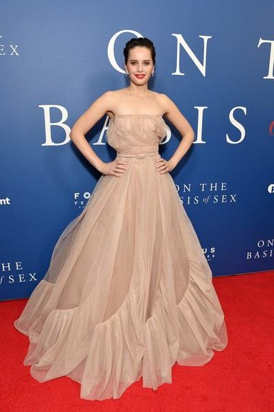 Nữ diễn viên 35 tuổi khoe vẻ đẹp kiêu sa trong bộ váy Dior thanh lịch