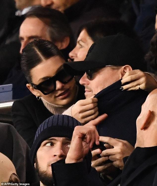 Leo rất cưng chiều bạn gái trẻ, anh đưa cô đi chơi khắp thế giới, mới đây nam diễn viên 44 tuổi và bạn gái 21 tuổi Camila Morrone bị bắt gặp đi xem một trận bóng đá ở Pháp ngày 28/11 vừa qua.