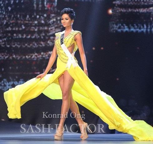 Trong phần trình diễn dạ hội, H'hen Niê khiến khán giả Việt Nam phát cuồng bởi cú xoay người thần thái, cực kỳ ấn tượng trên sàn diễn. H'Hen Niê lựa chọn bộ trang phục màu vàng với 2 vạt xéo và xẻ tà phần thân cùng phần cut-out eo khéo léo giúp H'Hen Niê khoe dáng. Với màu vàng nổi bật trên sàn diễn bán kết Miss Universe 2018, H'Hen Niê chính là một vàng sáng nổi bật nhất.