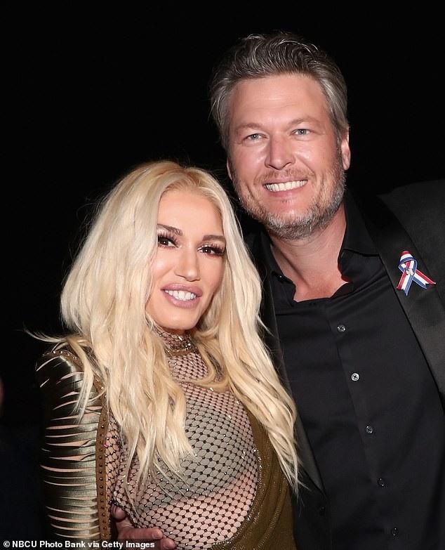 Người đẹp 49 tuổi bên bạn trai Blake Shelton, 1 người kém cô 7 tuổi. Gwen thậm chí trông còn trẻ hơn bạn trai mình