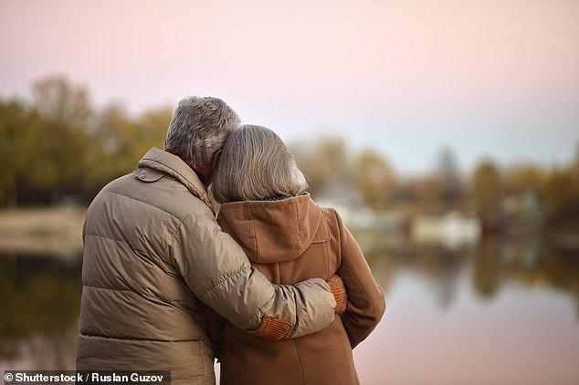 """Muốn hạnh phúc ở tuổi 70, hãy """"yêu"""" hai tuần một lần - Ảnh 1."""