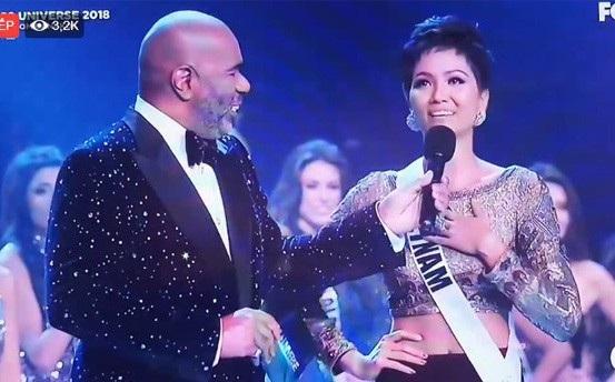 Sáng ngày 17/12, chung kết hoa hậu Hoàn vũ tại Thái Lan tiếp tục nhận được sự quan tâm của khán giả, đặc biệt dành cho đại diện Việt Nam khi cô đã có những bước đầu thành công. Trong phần giới thiệu về bản thân ở tiết mục mở màn, HHen Niê tự tin chia sẻ bằng tiếng Anh niềm hạnh phúc và những kỷ niệm vui trong quá trình dự thi Miss Universe tại Thái Lan như thử những món ăn Thái và tới những phiên chợ nhộn nhịp.