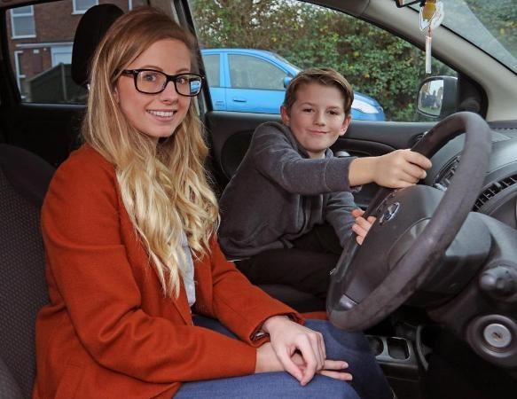 Cậu bé đã kiểm soát tay lái giúp mẹ trong tình huống nguy hiểm