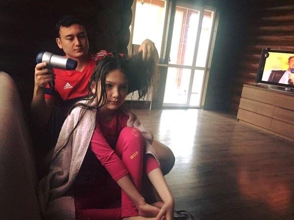 Văn Lâm dành nhiều tình cảm cho người em gái út có tên Thanh Giang. Anh thường xuyên thể hiện những khoảnh khắc yêu thương với người em gái của mình