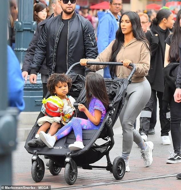 Cách đây ít ngày Kim Kardashian đưa 2 con nhỏ đi chơi công viên Disneyland ở Los Angeles ngày 17/12 vừa qua.
