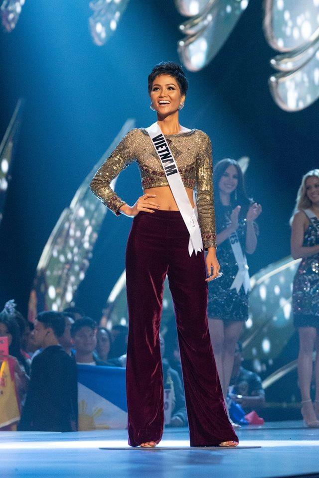 Trong khi các thí sinh khác lựa chọn váy dạ hội hoặc váy ngắn làm trang phục chính thì HHen Niê lại chọn áo crop top và quần nhung ống rộng đầy cá tính. Sự khác biệt tạo nên sức hút kỳ lại từ HHen Niê.