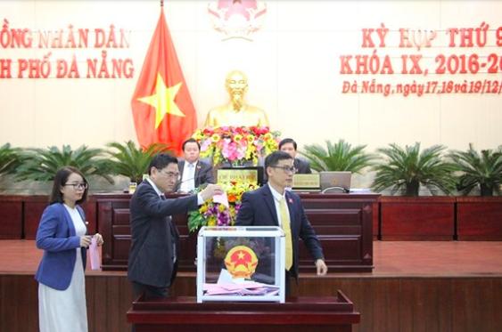 Các đại biểu bỏ phiếu tín nhiệm những người giữ các chức vụ chủ chốt ở Đà Nẵng do HĐND TP bầu