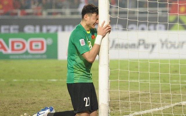 Bức ảnh đầy xúc động của Văn Lâm sau khi giành chức vô địch AFF Cup 2018