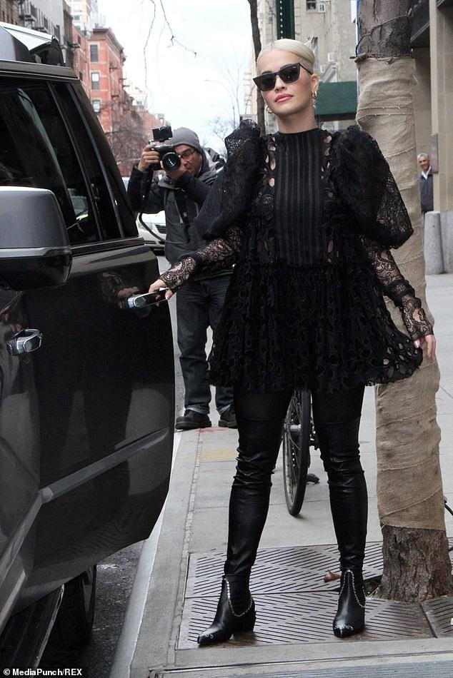 Rita Ora diện váy lạ mắt ra phố - 12