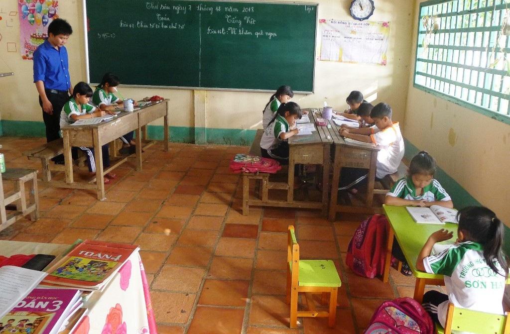 """Cảm phục thầy giáo trẻ một mình """"bám đảo"""" dạy chữ cho con em ngư dân - Ảnh 2."""