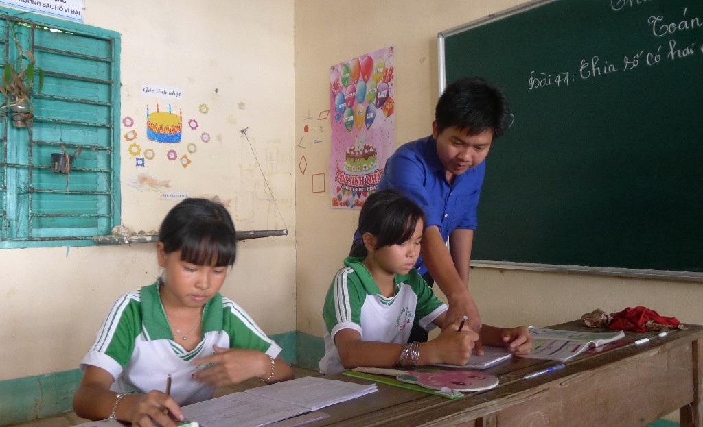 """Cảm phục thầy giáo trẻ một mình """"bám đảo"""" dạy chữ cho con em ngư dân - Ảnh 3."""