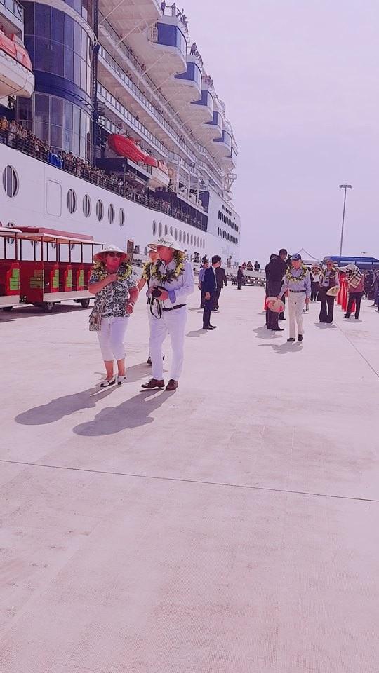 Đích thân lãnh đạo Bộ VHTT-DL, tỉnh Quảng Ninh ra tận cầu tàu đón và tặng hoa du khách.